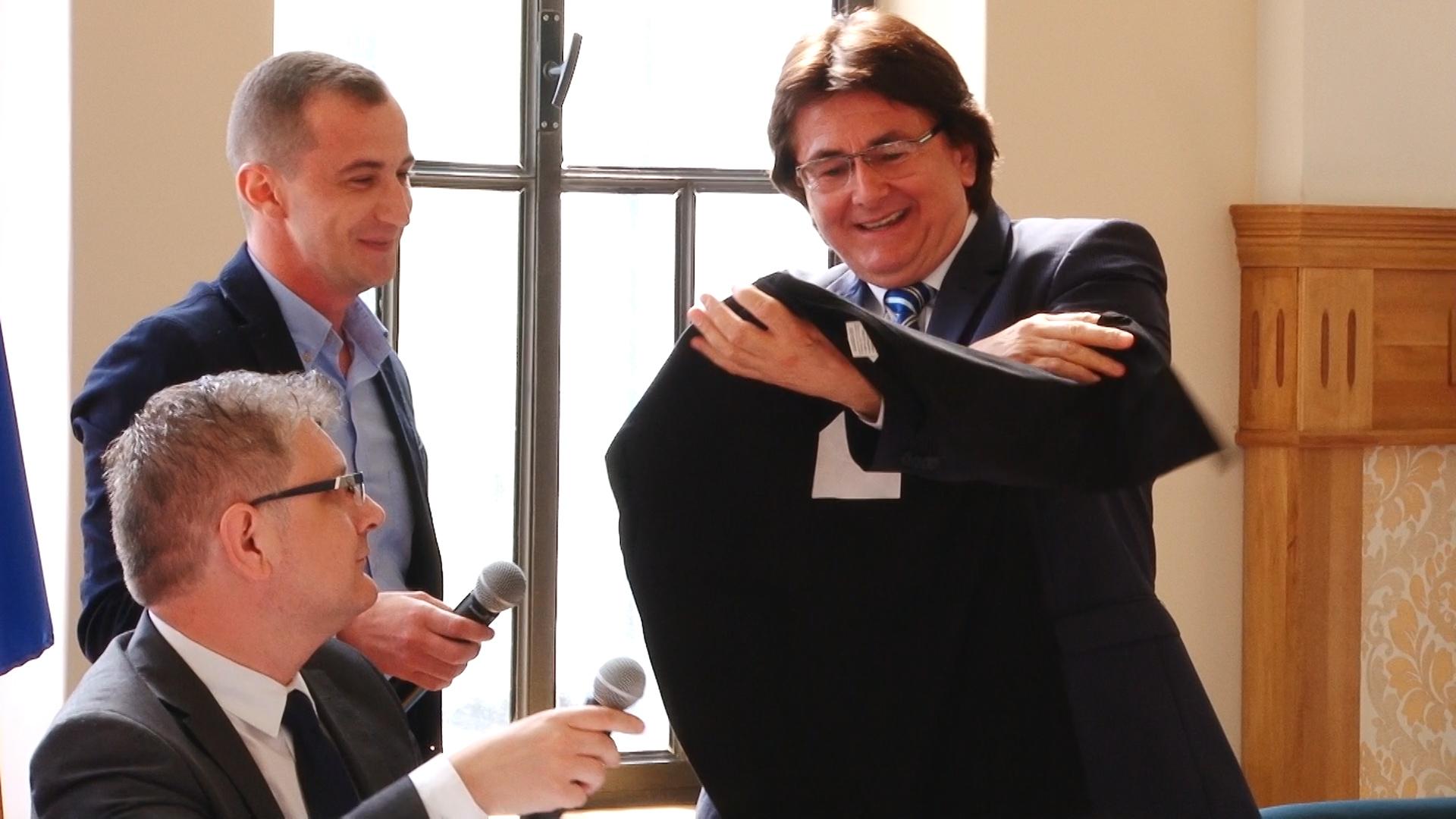 Primarul Robu şi consilierul Simonis, dispută pe… anchetatul Popoviciu.Still002