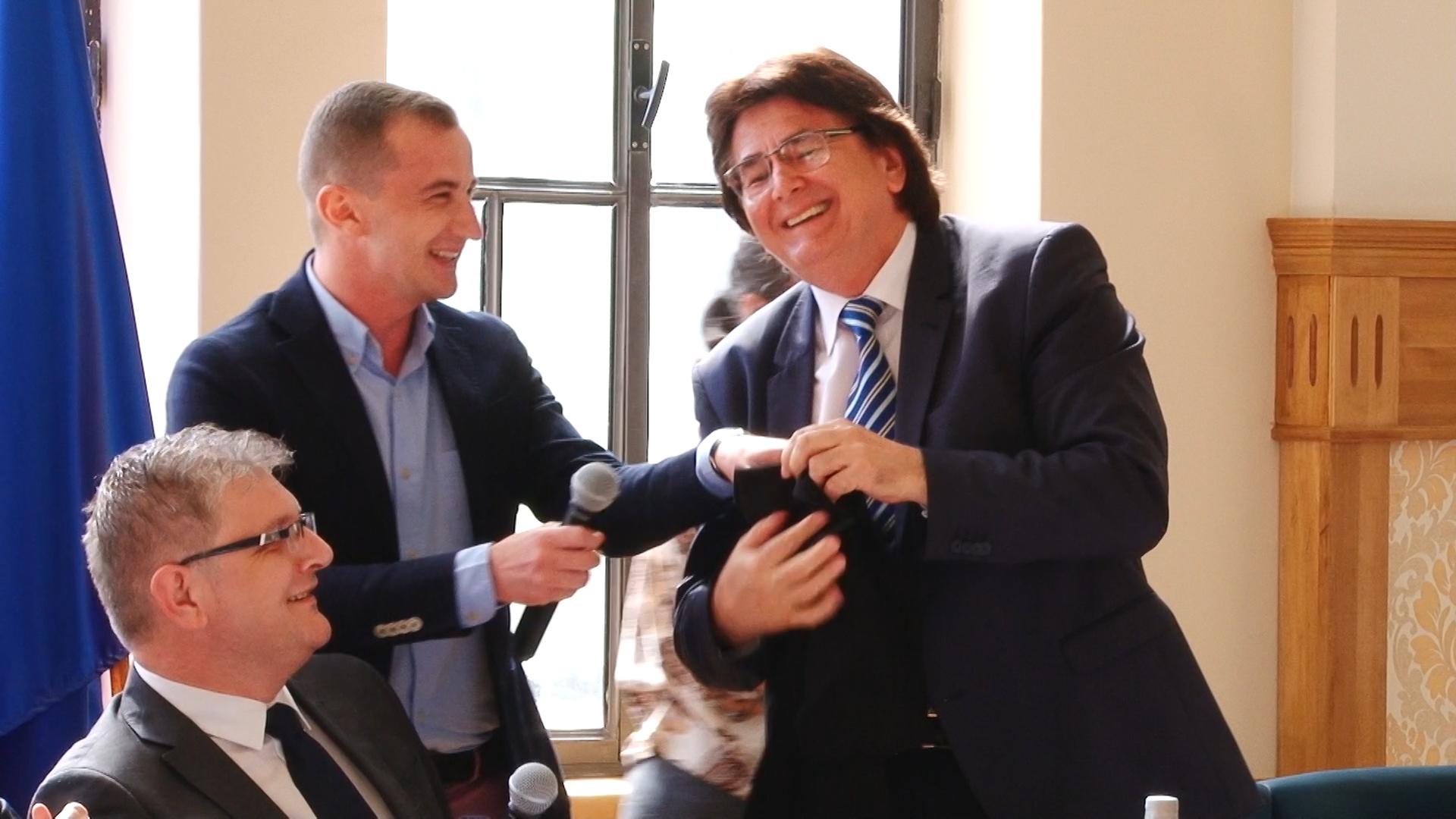 Primarul Robu şi consilierul Simonis, dispută pe… anchetatul Popoviciu.Still004