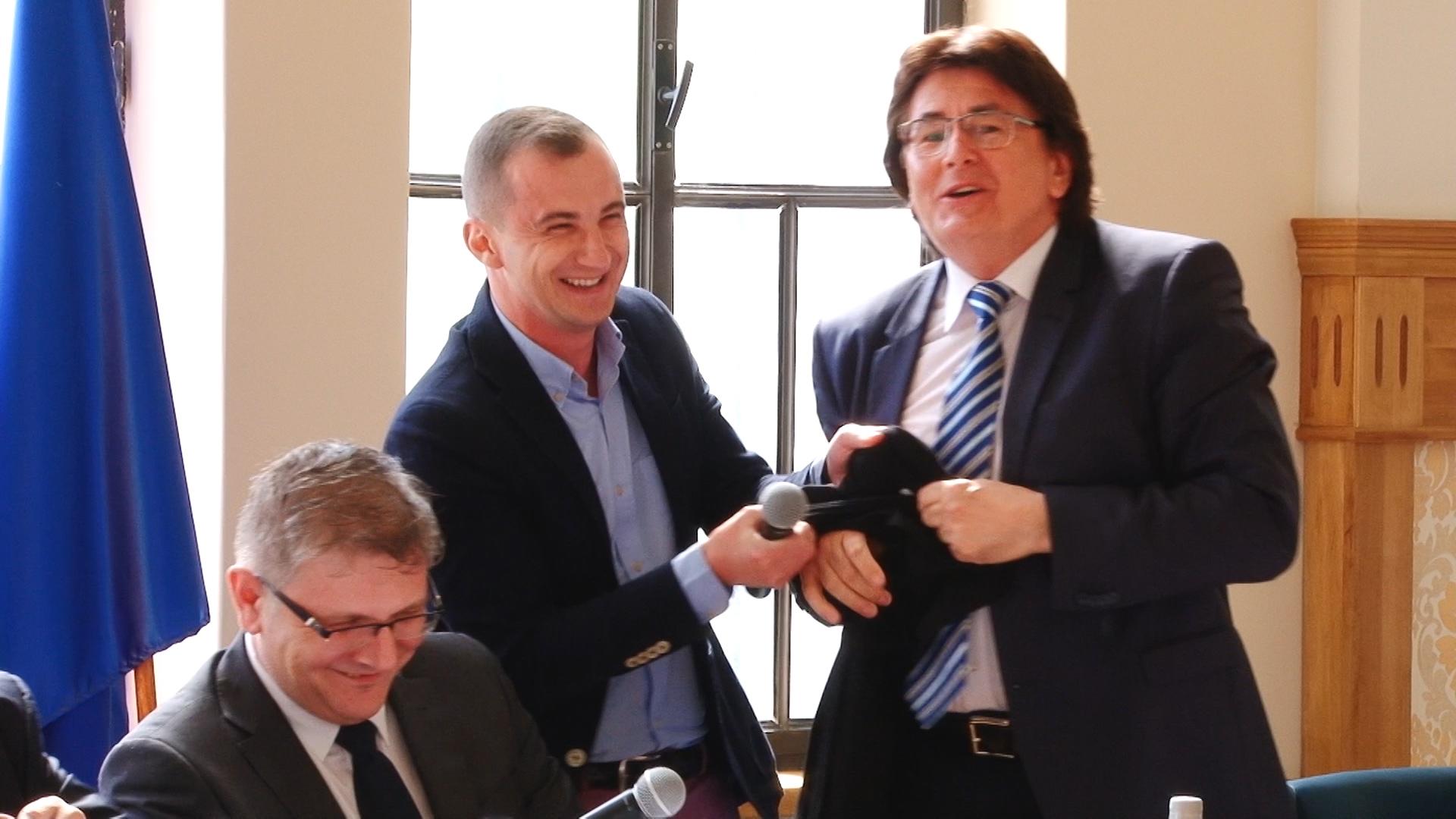 Primarul Robu şi consilierul Simonis, dispută pe… anchetatul Popoviciu.Still005