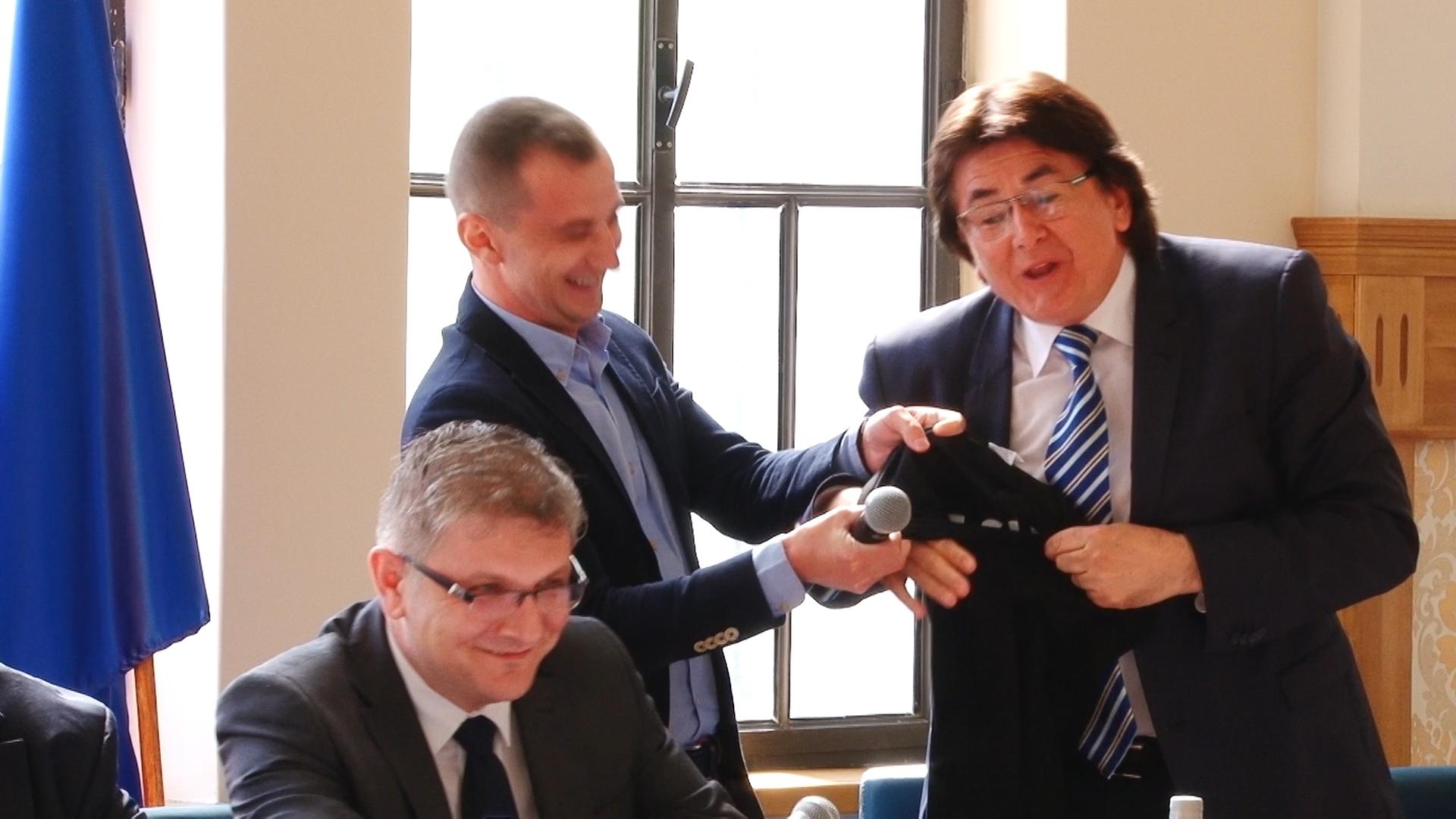 Primarul Robu şi consilierul Simonis, dispută pe… anchetatul Popoviciu.Still006