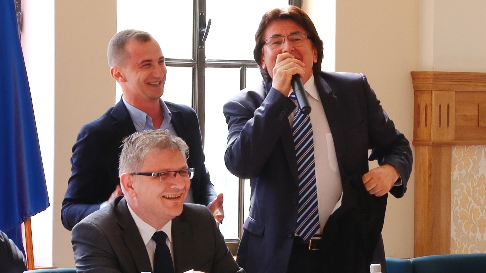Primarul Robu şi consilierul Simonis, dispută pe… anchetatul Popoviciu.Still008